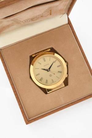GUCCI VERS 1980N° 0438Pendulette en laiton doré, cadran doré, index chiffres romains formant le