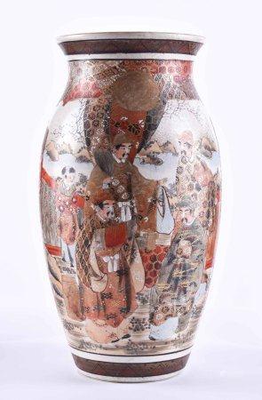 Satsuma Vase Japan Meiji Periodefarbig und goldstaffiert, umlaufend sehr fein mit figürlichem- und