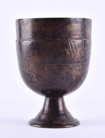 Kleiner Bronze Becher Asien wohl 16. / 17. Jhd.schauseitig mit Schriftzeichen, schöne alte Patina,