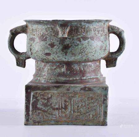 Ritualgefäß China Ming DynastieBronze, grüne Patina, umlaufend mit Archaischem Dekor, H: 20,5 cm,
