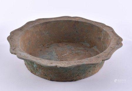 Ritualgefäß China Ming DynastieBronze, grün patiniert, H: 7 cm, Ø 31,2 cm,Provenienz: Alte