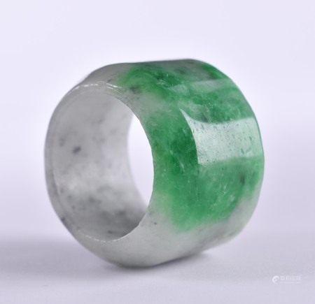 Jaspis Ring China 20. Jhd.weißgrau grün, : 2,3 cm, Ø 3,4 cm,Provenienz: Alte Sammlung Paris.Jasper