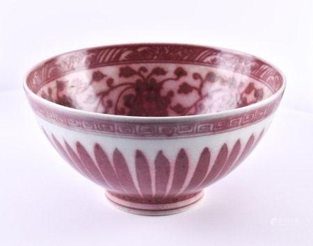 Große Porzellanschüssel China Ming-Dynastieinnen mit rotem Lotusdekor und Randverzierung mit