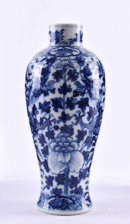 Vase China Qing Dynastie, Kangxi ?florales blau-weißes Unterglasurdekor, unterm Stand blaue Vier-