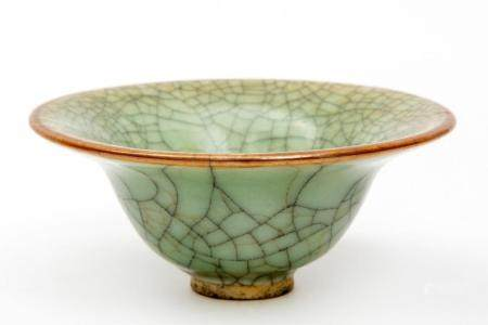 A small Ge-ware crackle glaze celadon bowl