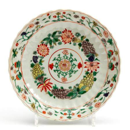 A lobed famille verte plate