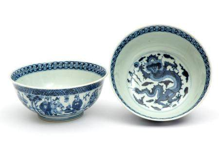A pair of blue and white dragon bowls