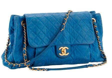 CHANEL Sac Shopping en cuir matelassé bleu, fermoir double C entrelacé sur rabat et accastillag