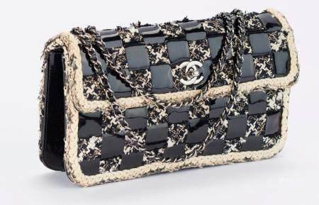 CHANEL Sac baguette à damier de tweed chiné et cuir vernis noir, fermoir pivotant siglé en méta