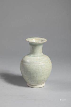 Petit vase globulaire Qinbaï en fin grès porcelaine
