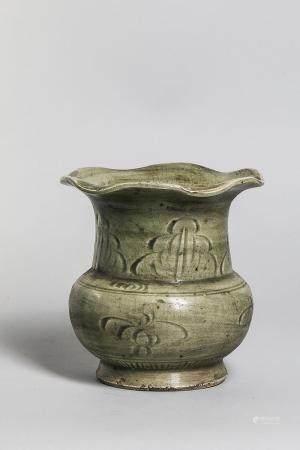 Vase pansu sur piédouche à large col évasé festonné au marli