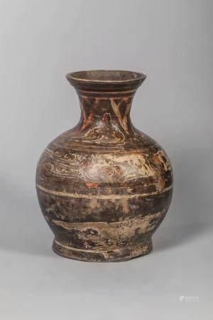 Vase de forme Hu en terre cuite décoré de motifs géométrique