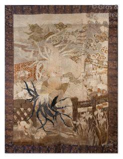 Tenture en lin et soie brodée en camaïeu de beige, brun et corail, à décor de deux coqs parmi p