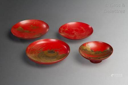 Japon, période Meiji Quatre coupes de mariage laque rouge, à décor à l'or de paysages lacustres