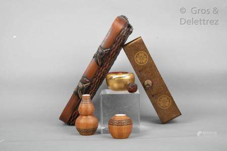 Japon, fin XIXe - XXe siècle Lot de six objets comprenant un natsume en laque or à décor de gly