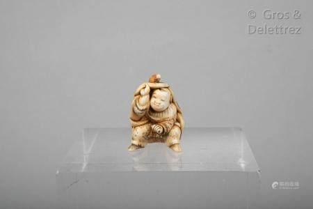 Japon, fin XIXe siècle Netsuke ivoire et rehauts brun, représentant En-shi sous sa peau de cerf