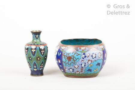 Japon, vers 1900 Lot de deux objets en cloisonnés,  dont un bol à décor de papillons et fls