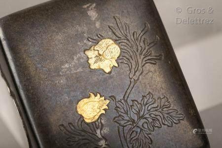 Japon, fin XIXe siècle Petite boite à encre, en métal incisée de fls. Signée. Dim. 6 x 5 cm