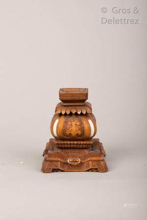 Japon, vers 1920 Socle en bois sculpté à plusis niveaux, à décor en léger relief de ruyi sty