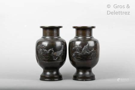Japon, période Meiji Paire de vases de forme balustre en bronze de patine brune, à décor en lég