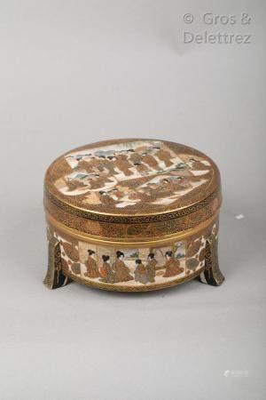 Japon, vers 1900 Boîte tripode couverte en grès de Satsuma, à décor sur le couvercle et le pour