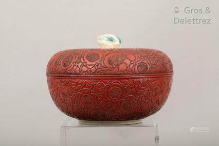 Japon, fin XIXe siècle Boîte lenticulaire couverte sur petit talon en céramique de Kutani, l'ex