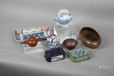 Japon, fin XIXe-début XXe siècle Lot de trois porcelaines comprenant, un ravier à décor floral
