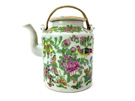 AN EARLY 20TH CENTURY CHINESE FAMILLE ROSE TEA POT