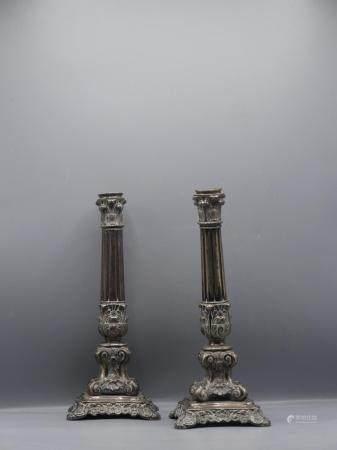 Paire de chandeliers en argent repoussé