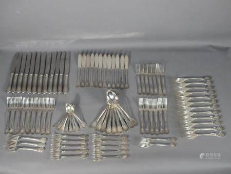 Ménagère CHRISTOFLE modèle MARLY. 93 pièces: 12 fourchettes de table, 12 couteaux de table, 9 c