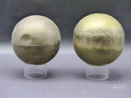 Deux globes en laiton palis de la découverte