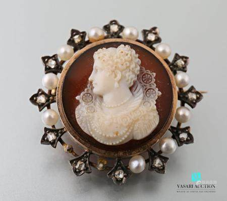 Broche ronde en or rose 750 millièmes sertie d'un camée agate à représentant une dame de profil