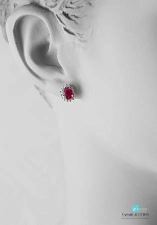 Paire de boucles d'oreilles en or blanc 750 millièmes serties de rubis taille ovale ourlé de di