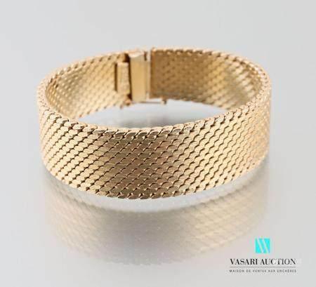 Bracelet ruban en métal doré à mailles plates, fermoir à cliquet avec un huit de sureté.Long. :