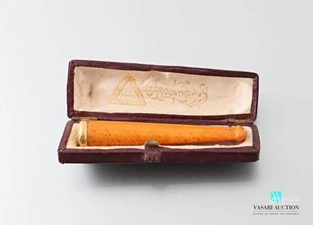 Fume cigarette en ambre orné d'une bague en or 750 millièmes. Dans son étui à forme.Long. : 6 c