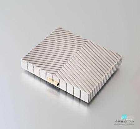 CARTIERPoudrier rectangulaire en argent à décor rainuré en épi, l'intéri découvrant un miroi