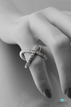 Bague croisée en or balnc 750 millièmes sertie de diamants taille moderne.Poids brut :  9,10 g