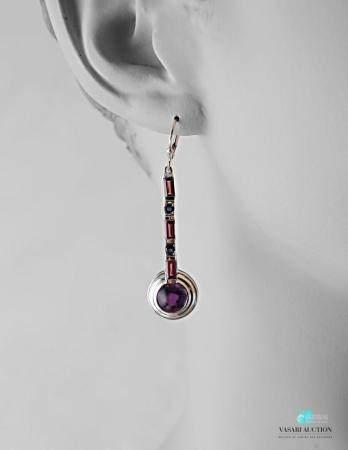 Paire de pendants d'oreilles en argent ornés d'améthystes taille baguette et cabochon.Poids bru