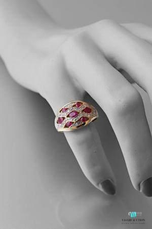 Bague dôme en or jaune 750 millièmes sertie de rubis dans des motifs en losange pavés de diaman