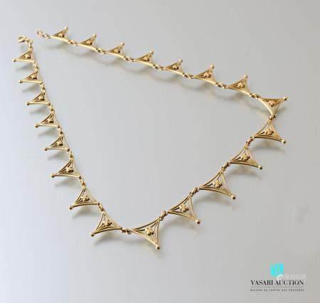 Collier collerette en or jaune 750 millièmes, mailles triangulaires en chute à décor filigrané