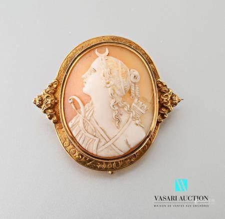 Broche Napoléon III en or jaune 750 millièmes , le pourtour ciselé à décor de feuillage, les cô