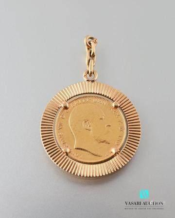 Un pendentif rond en or jaune 750 millièmes retenant une pièce : souverain de 1910, à la bélièr
