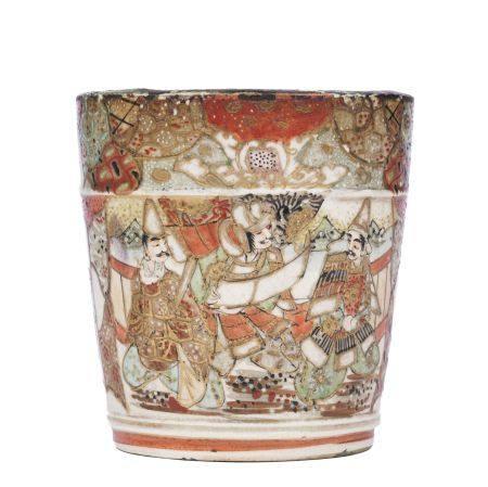 Gobelet en faïence de Satsuma à décor d'une frise de personnages en partie basse et d'un décor géométrique en partie haute.
