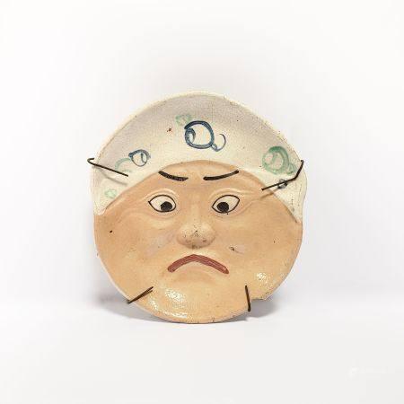 masque japonais engrès figurant un personnage aux traits grotesques