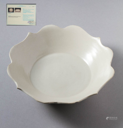 WUDAI DYNASTY, DINGYAO WHITE GLAZED PORCELAIN PLATE, WITH A THERMOLUMINESCENCE ANALYSIS REPORT