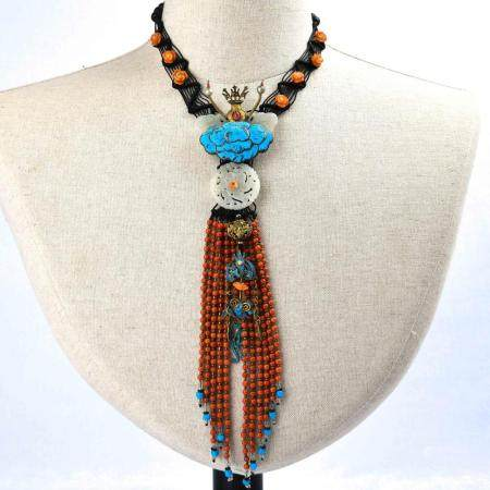 A CORAL AND WHITE JADE NECKLACE