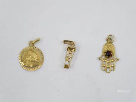 Ensemble de trois petites médailles en or jaune 18 K. Poids brut: 2,16 g