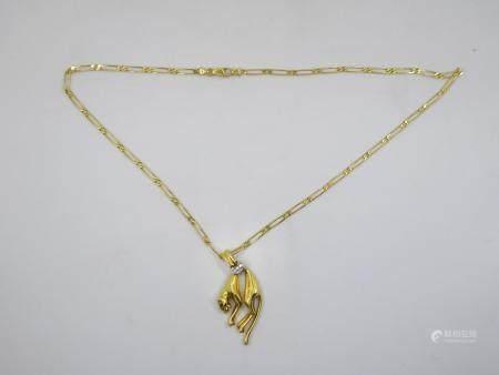 D'après Cartier, Collier pendentif  en or jaune 18 K, maille gourmette, pendentif figurant une