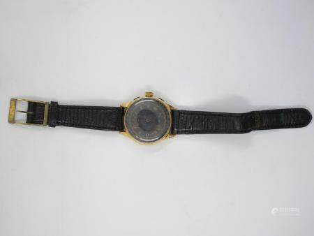 Montre bracelet télémètre, boitier rond en or jaune 18k, le cadran émaillé noir à deux compt