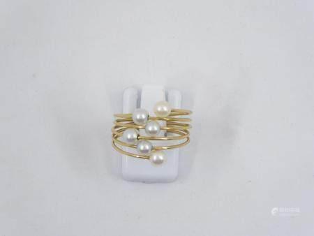 Bague moderne en or jaune 18k ornée de 6 petites perles synthétiques. Poids brut 2,8g TDD: 56